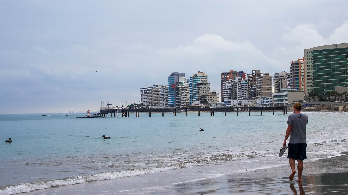 ecuador-salinas-hombre-caminr-playa