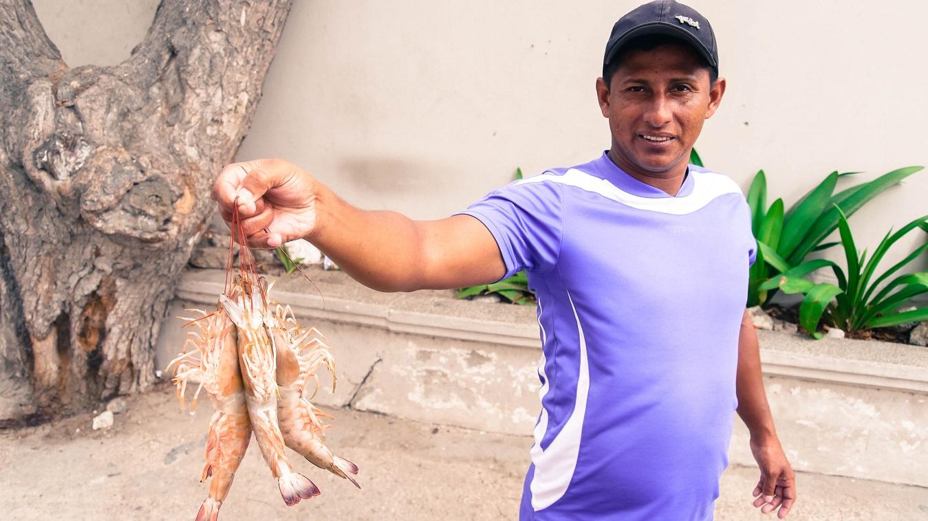 ecuador-salinas-hombre-que-vende-camarones