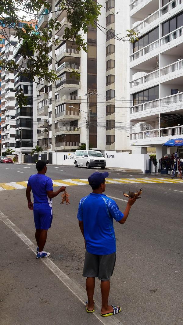 ecuador-salinas-hombres-vendiendo-en-la-calle