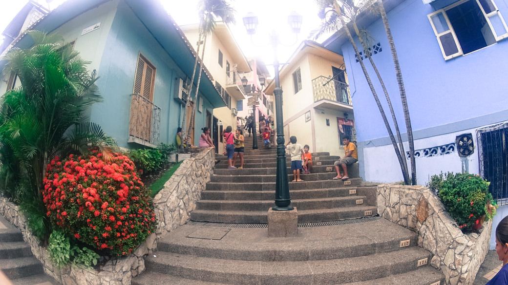 ecuador-guayaquil-cerro-santa-ana-escalera-ninos