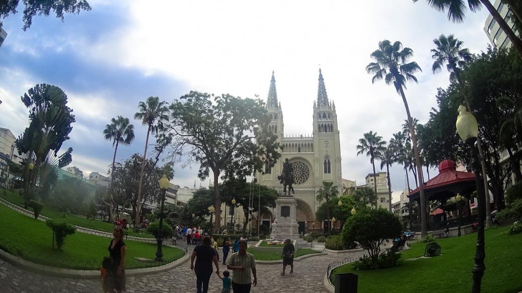 ecuador-guayaquil-parque-seminario-parque-de-las-iguanas-catedral