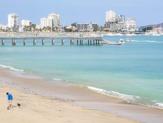 ecuador-salinas-playa-hombre-perro-caminar
